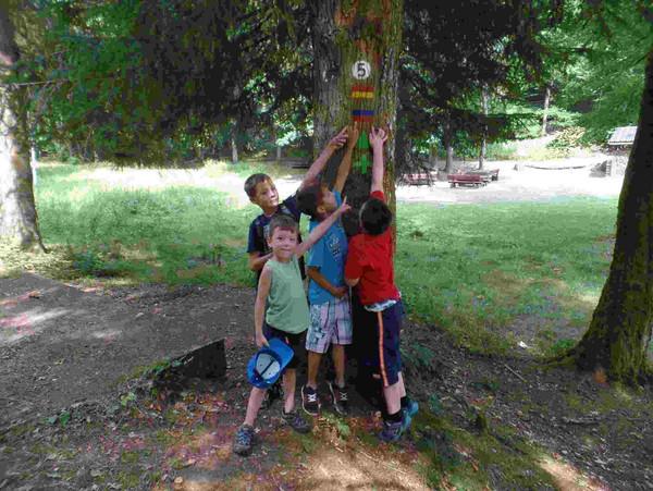 Markierungen_Waldhaus_Starkenbrunnen, Bildlegende: Markierungsarbeiten mit Kindern am Wanderweg zum Waldhaus Starkenbrunnen, Pirmasens (PWV)